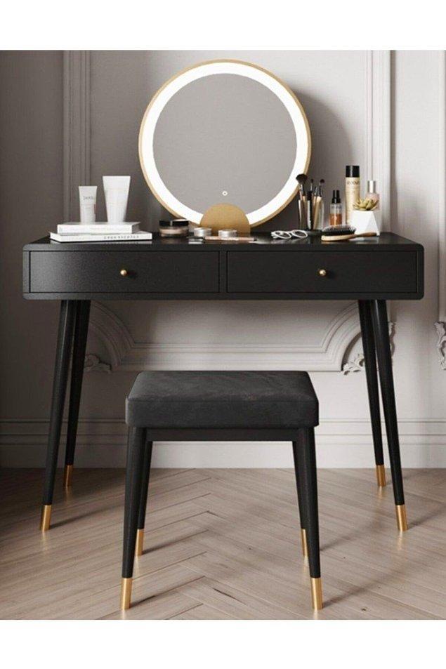 7. Siyah ve gold detaylı bir makyaj masası da bu ortama çok güzel ayak uyduracaktır.