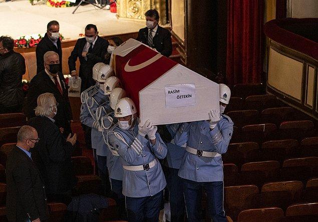 Tören mangası usta oyuncunun tabutuna omuz vererek, tiyatro sahnesine getirdi.