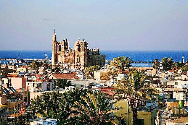 13. Gazimağusa dört tarafı taşlarla çevirili antik bir kenttir.