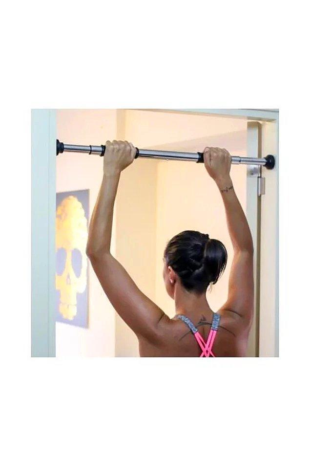4. Sizi hem güçlendirecek hem de evde yer kaplamayacak harika bir kapı barfiksi.
