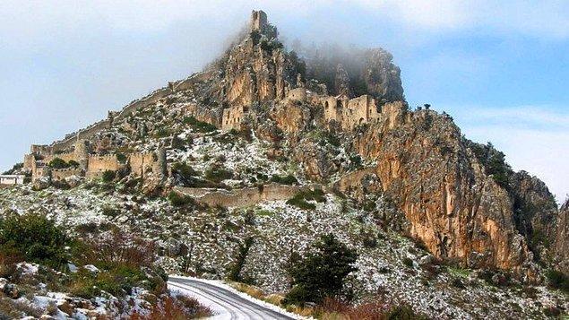 24. Pamuk Prenses'in kalesi Girne'de yer alan St.Hilarion Kalesi'nden esinlenilmiştir.