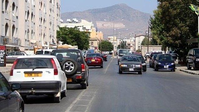8. Trafik sol taraftan aktığı için arabaların direksiyonları da sağ tarafta.