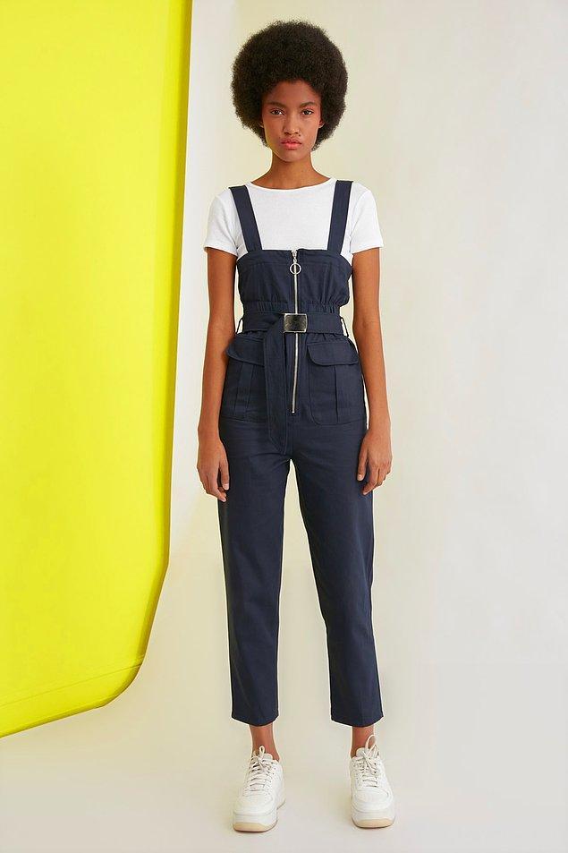 15. Lacivert, kemer detaylı tulum da tek parça giyinmekten hoşlananlar için gelsin.