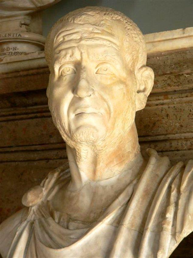 3. yüzyılda Roma İmparatoru Decius, Efes'e gelir ve Roma tanrılarına (putlara) tapınmayı emreder. Ayrıca Hıristiyanlar'ın bu tanrılara kurban vermesi gerekmektedir.