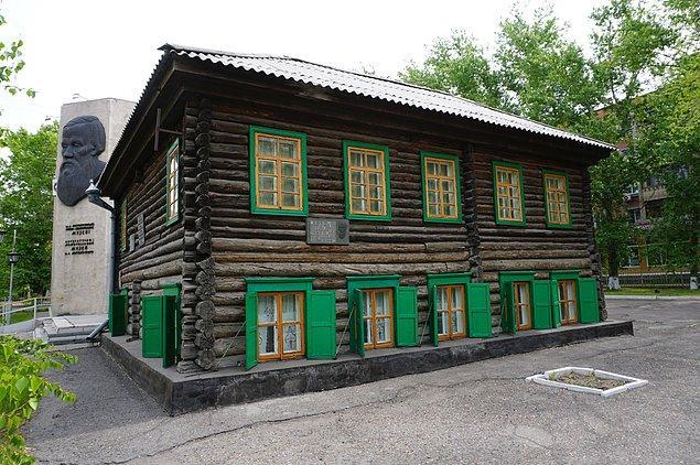 """10. Ülkenin önde gelen turistik mekanlarından biri, yazar Fyodor Dostoyevski'nin Rusya sınırına yakın Semey'deki eski evidir. """"Suç ve Ceza"""" ve """"Aptal"""" gibi eserlerinden notların sergilendiği bir müze olarak korunmuştur."""