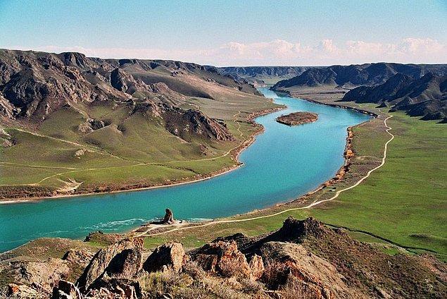19. Kazakistan'daki Göl Balkhash, dünyanın en büyük göllerinden biridir. Gölün bir kısmı temiz su ve diğer tuzlu sudan oluşur.