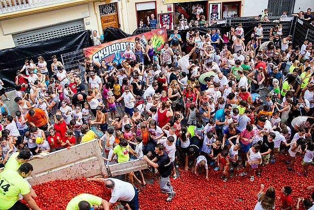 5. İspanya'da 1945 yılından beri her yıl ağustosun son çarşambası La Tomatina festivali yapılır.