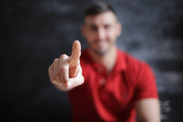 """11. """"İşaret parmağınızla insanlara işaret etmeyin. Elinizi bir bütün olarak kullanırsanız iyi ederseniz."""""""