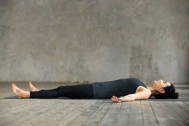 Yoga Nidra uyku ve uyanıklık arasında kalır ve içe yönelmenizi sağlar.