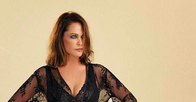 9. Hülya Avşar, müziğini beğendiğini hiç saklamadığı Emre Aydın'dan iki şarkıyı birden seslendirmişti.