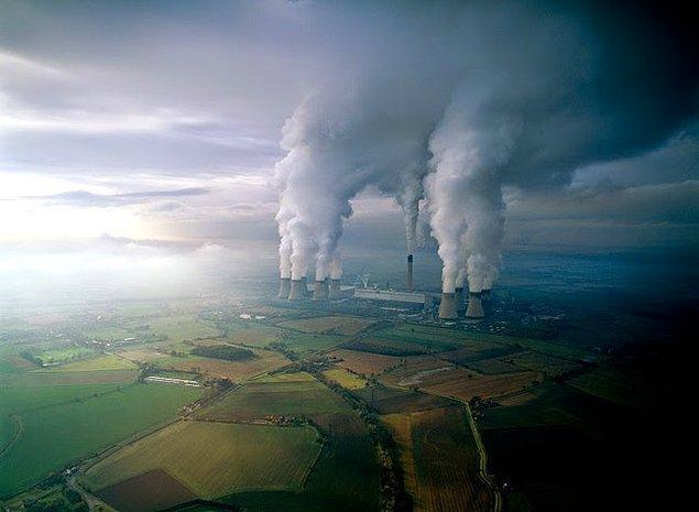 7. Kömür santrali, Birleşik Krallık: Ortada bulunan merkez yapı, etrafındakiler ise soğutma kuleleridir.