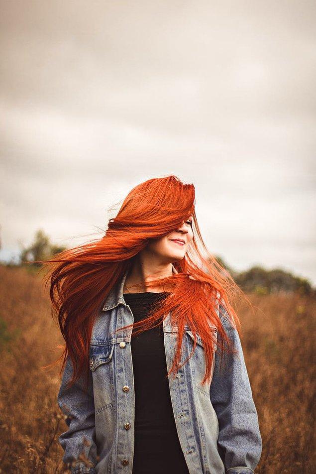 1. Saç bakımında ilk dikkat etmeniz gereken konulardan biri de saçı yıpratmamak. Saçını yıpratmamak için doğru tarak seçimi yapmalısın.