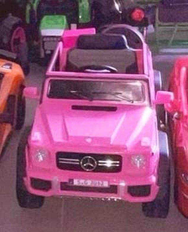 Pembe bir Mercedes.