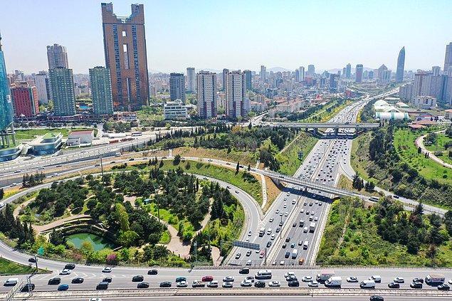 İstanbul'dan kendi araçlarıyla ayrılmak isteyenler, TEM otoyolu ve bağlantı yollarında trafik yoğunluğu oluşturdu