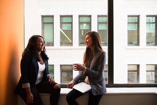 10. İnsanlar fikirlerinin önemsenmesini ister. Bu nedenle biriyle sohbet ederken onu dikkatlice dinleyin, sizinle sohbet etmeyi çok sevecektir.