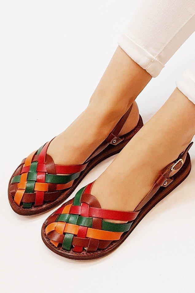 6. Önü kapalı sandaletlerin de apayrı bir havası var...