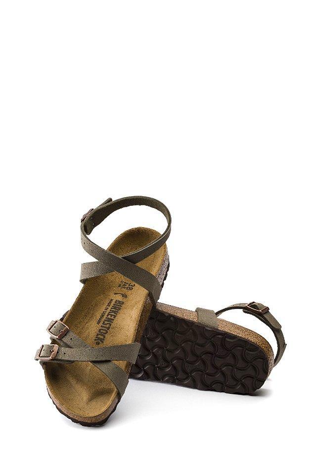 11. Terliklerine alışık olduğumuz Birkenstock'un sandalet modeli...