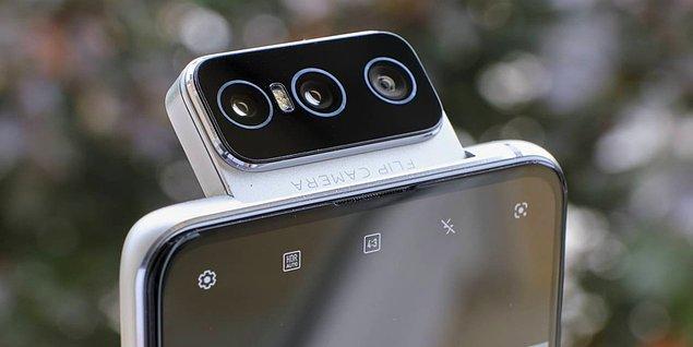 ZenFone 8 Flip alışık olmadığımız bir özellikle gelmiş. Ana kamera Sony IMX686 sensörlü, 64MP gücündeki arka kamerası dönebiliyor! Kamerası dönebildiği için ön tarafta kamera bulunmuyor.