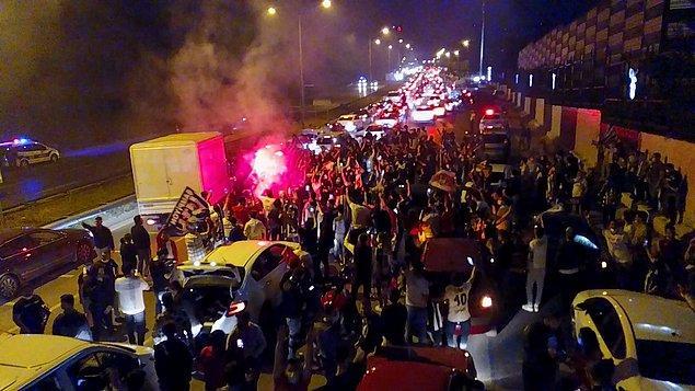 Çanakkale'deki Beşiktaş taraftarları, takımlarının şampiyonluğunu, sokağa çıkma kısıtlamasına rağmen araç konvoyuyla kutladı.