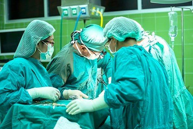 2. Ameliyat anında vücudunuzdan çıkarılan organlar tekrar yerleştirilirken birebir aynı pozisyona konmak zorunda değildir. Vücudumuz bu işlemi ameliyattan sonra kendisi de yapabilir.