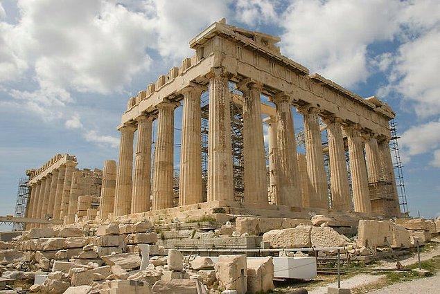 2. Yunanistan'ın bazı tarihi yerleşkelerini gezerken topuklu ayakkabı giymek yasak.