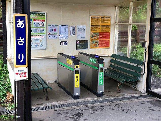 """15. """"Japon tren istasyonlarında 9 3/4 peronu için turnikeler bulunmaktadır."""""""