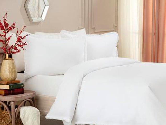 8. Yatağına, sana otel hissiyatı yaratacak bembeyaz bir nevresim takımı alabilirsin...