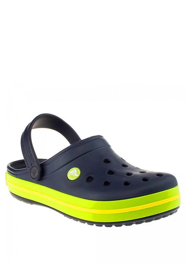 1. Yaz aylarının vazgeçilmezi: Crocs terlikler...