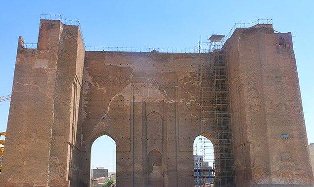 11. 12. ve 13. asırlarda Derbent'den Fars körfezine, Çin ve Hindistan'dan Avrupa'ya giden büyük ticaret yolları Azerbaycan'ın Tebriz şehrinde buluşuyordu.