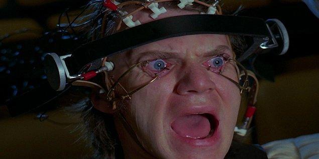 12. A Clockwork Orange filminde, Malcom McDowell'ın yüzüne taktığı aparat gözündeki korneanın çizilmesine sebep olarak kendisine bir süreliğine görme yetisini kaybettirmiş.