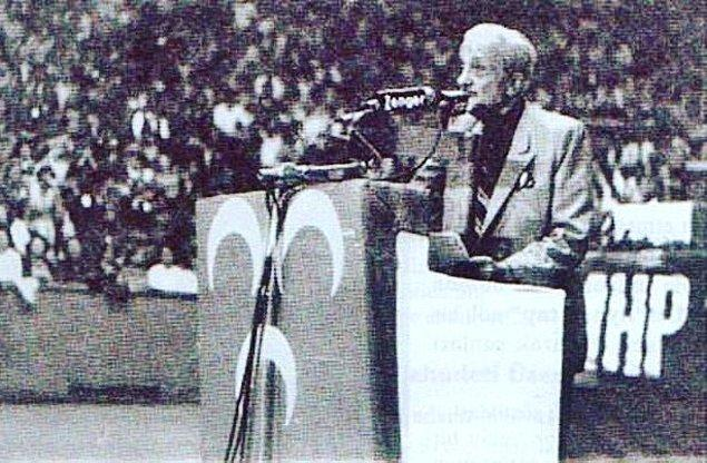 Sonraları ise MHP'ye yanaşır Kısakürek... Yani anlayacağınız önce Atatürkçü sonra Menderesçi en son da Ülkücü olur.