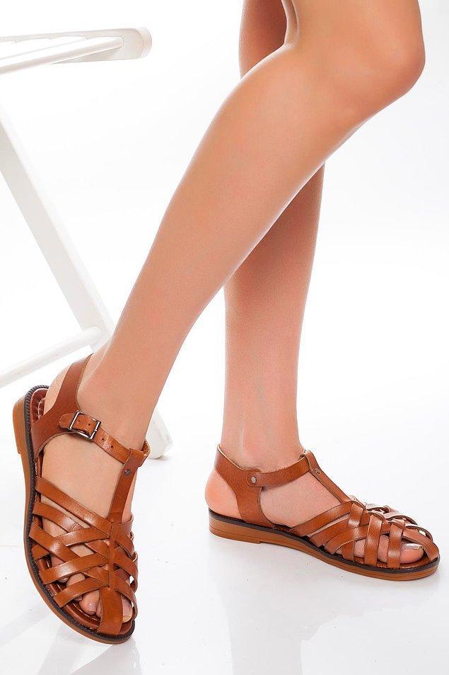 12. Şık ve sade deri sandaletler...