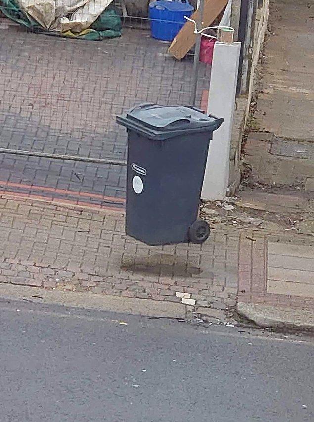 11. Çöp konteynırı mı uçuyor yoksa ben mi yanlış görüyorum?