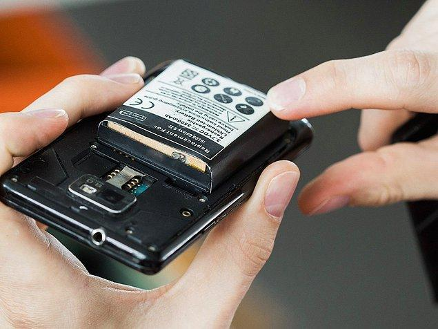 Yazılıma yönelik bir güncelleme olmaksızın telefonunuzun olması gerekenden fazla ısındığını düşünüyorsanız, bu batarya problemine ya da daha düşük bir ihtimalle işlemci problemine işaret eder. Isınan bir batarya aynı zamanda boyutunda değişiklik gösterir. Bataryası çıkabilen telefonlarda, batarya ele alınarak probleme yönelik teşhis koyulabilir.