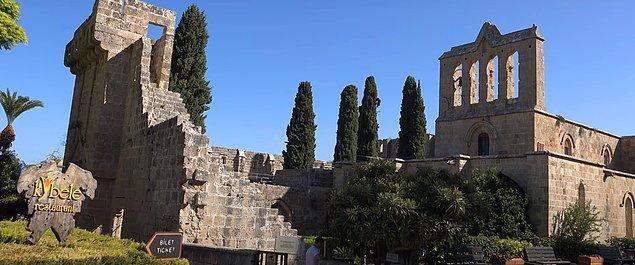 15. Gotik mimarinin dünyadaki en güzel örneklerinden birisi de Kıbrıs Bellapais Manastırı.
