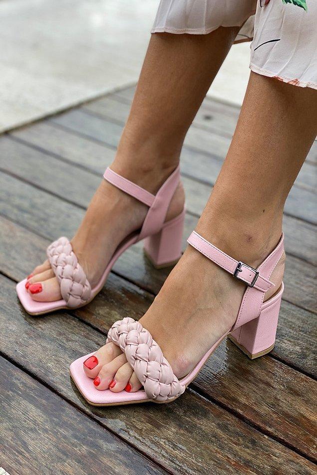 18. Küt burunlu, tek bant bu topuklu ayakkabılar etek ve elbiselerle çok zarif duruyor.