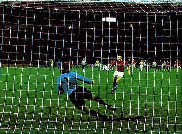 """3. 1976'da Çekoslavakyalı Panenka'nın sonradan literatüre geçecek olan """"Panenka penaltısı"""" vuruşu"""
