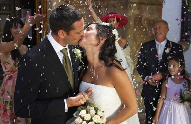 7. İsveç düğünlerinde gelin tarafından damat yalnız bırakılırsa, düğüne katılan konuklardan herhangi biri gelip damadı öpebilir.