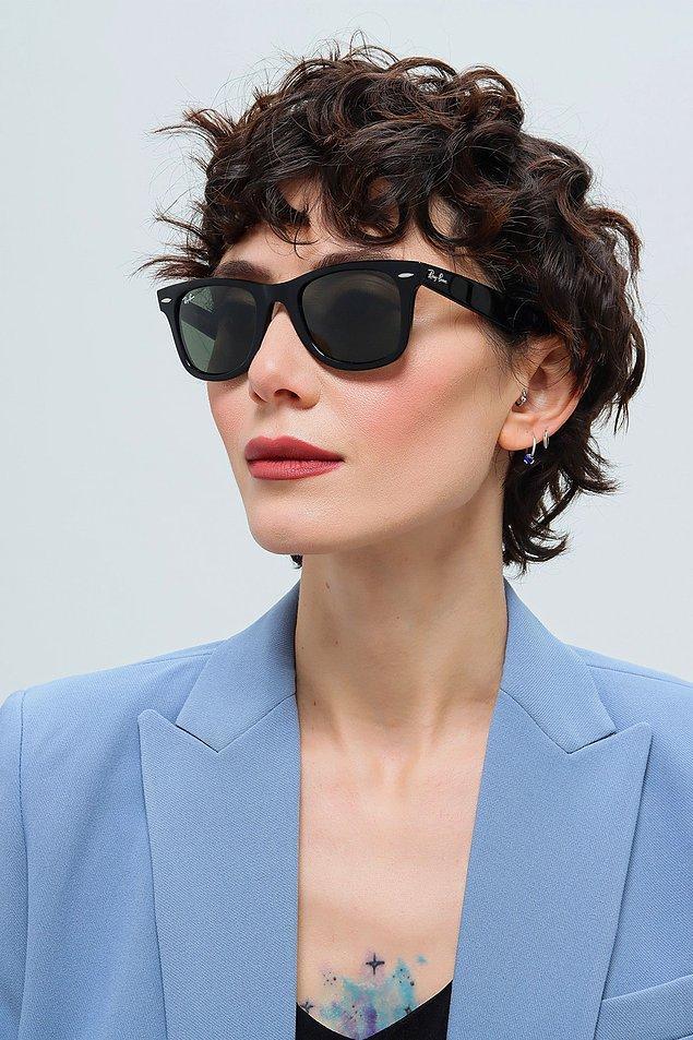 2. Yüzünüze yakışacak bir güneş gözlüğü.