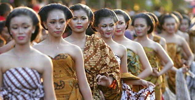 11. Endonezya'da Java adasındaki kutsal bir dağa gelen insanlar evli ya da bekâr bir yabancıyla cinsel ilişkiye giriyorlar.
