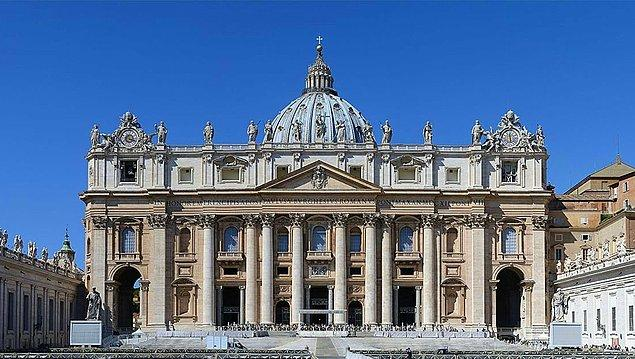 Aşağıdaki fotoğrafta görünen Aziz Petrus Bazilikası'nın o üçgeninin hemen soluna (izleyene göre sağ) bir adam çıkmış, ayaklarını da aşağı sallandırmıştı.