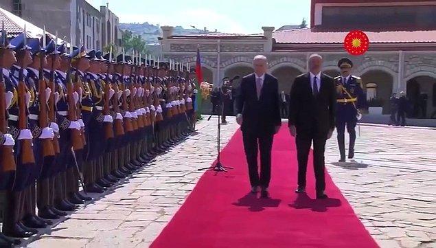 Cumhurbaşkanı Recep Tayyip Erdoğan'ın Azerbaycan'da resmi tören ile karşılanması sırasındaki yürüyüşü ise gündem oldu.