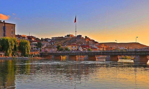 İlçe olan Kırşehir de Nevşehir'e bağlanır; aynı Avanos, Kozaklı, Mucur ve Hacıbektaş'ın bağlandığı gibi. Bunun yanında Kaman, Ankara'ya; Çiçekdağı ilçesi de Yozgat'a bağlanır.