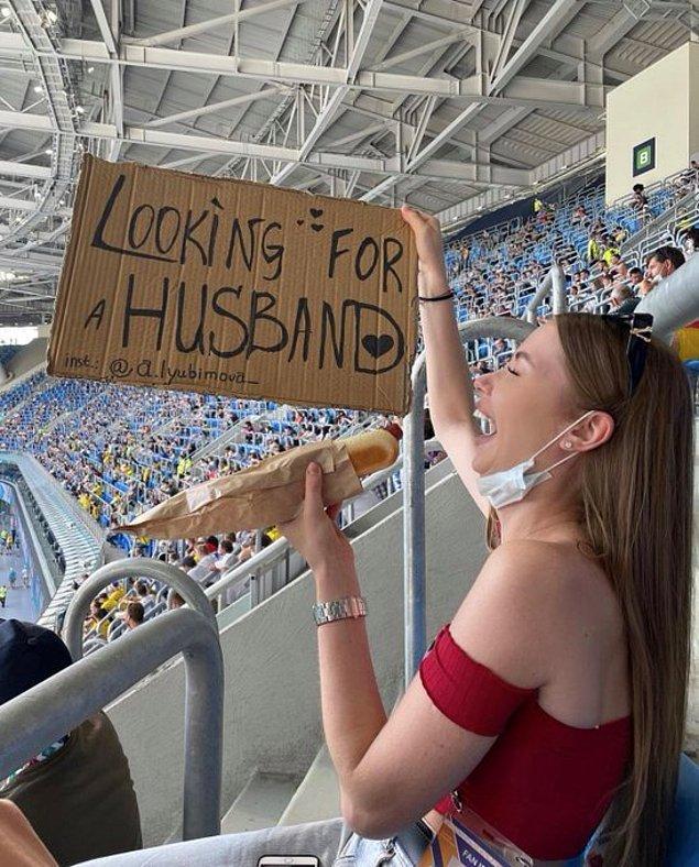 Maç maç gezerek ''koca arıyorum'' pankartı taşıyan hanımefendi tüm ilgiyi üzerinde toplamış.