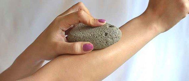 7. Pürüzsüz bir cilde sahip olmak için ponza taşı kullanmayı deneyebilirsiniz.