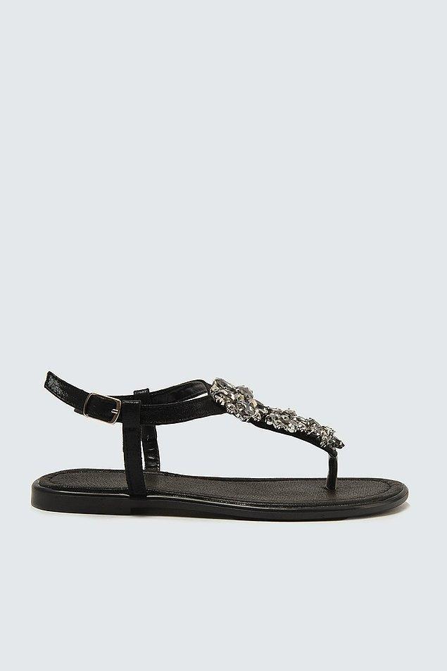 11. Siyah düz taban, parmak arası sandalet;
