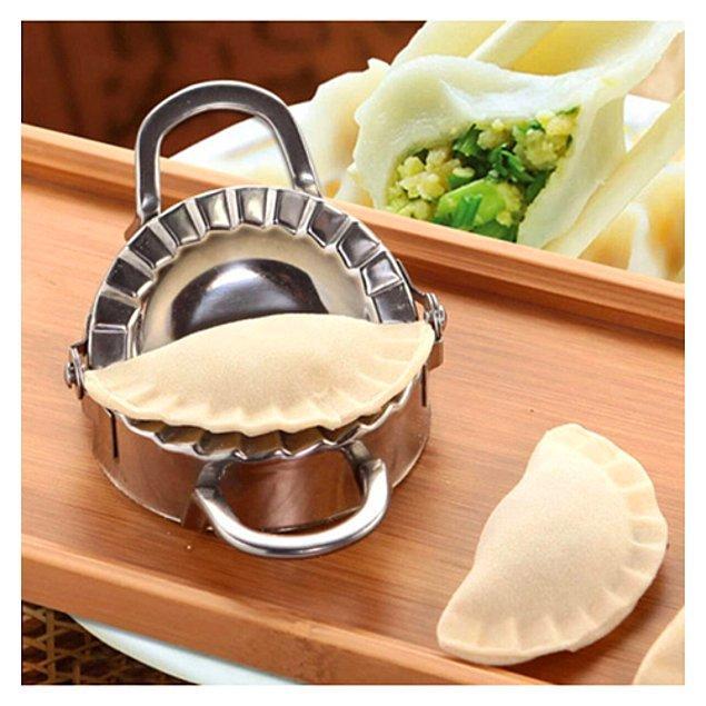 2. Mutfak gereçleriniz arasında mutlaka yer alması gereken mantı kesme ve katlama seti! 👌