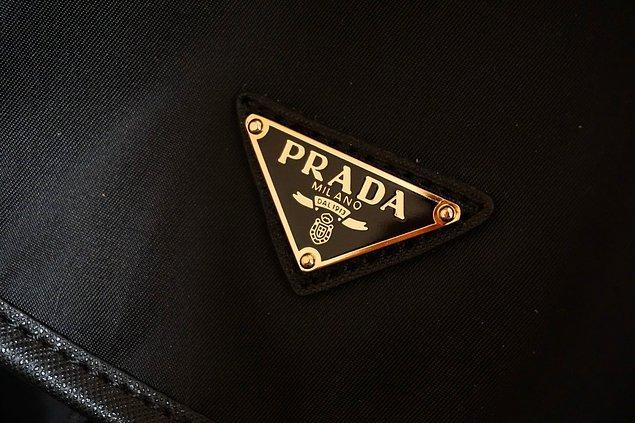 5. Miuccia, tasarladığı çantalarda oldukça sade bir logo kullanarak modada lüks olarak görülen büyük logolara karşı bir akım başlatmıştır.
