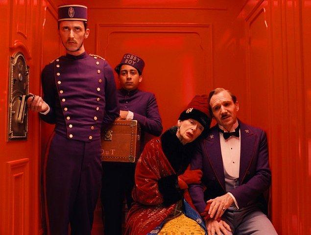 """17. """"Büyük Budapeşte Oteli"""" filminde Tilda Swinton, Ralph Fiennes ve Willem Dafoe, Prada kıyafetler ve çantalar kullanmışlardır."""