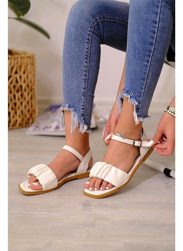 5. Yazın elbiselerinizin altına beyaz kibar bir sandalet giymeyi tercih edebilirsiniz. 🤩